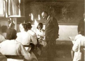 Atatürk Okulda Öğrencileri Denetlerken